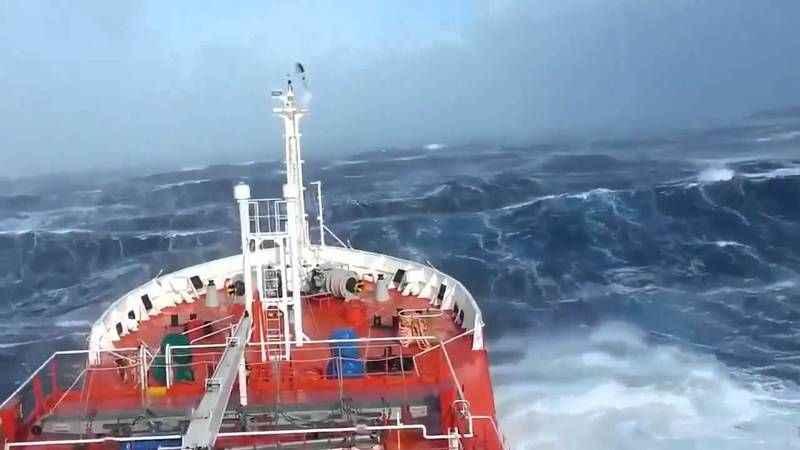 Dev dalgalara karşı direnen gemi...