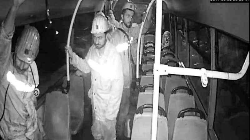 Maden işçileri, koltuklar kirlenmesin diye ayakta yolculuk etti
