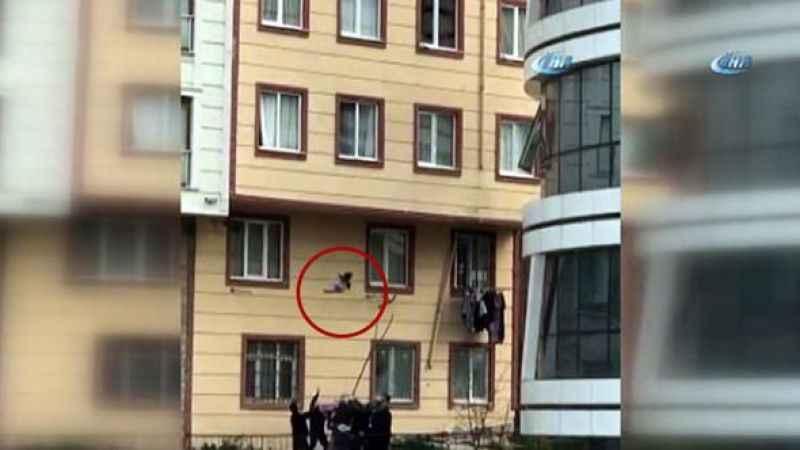 Camdan düşen çocuğu havada yakaladılar! İstanbul'da inanılmaz olay...