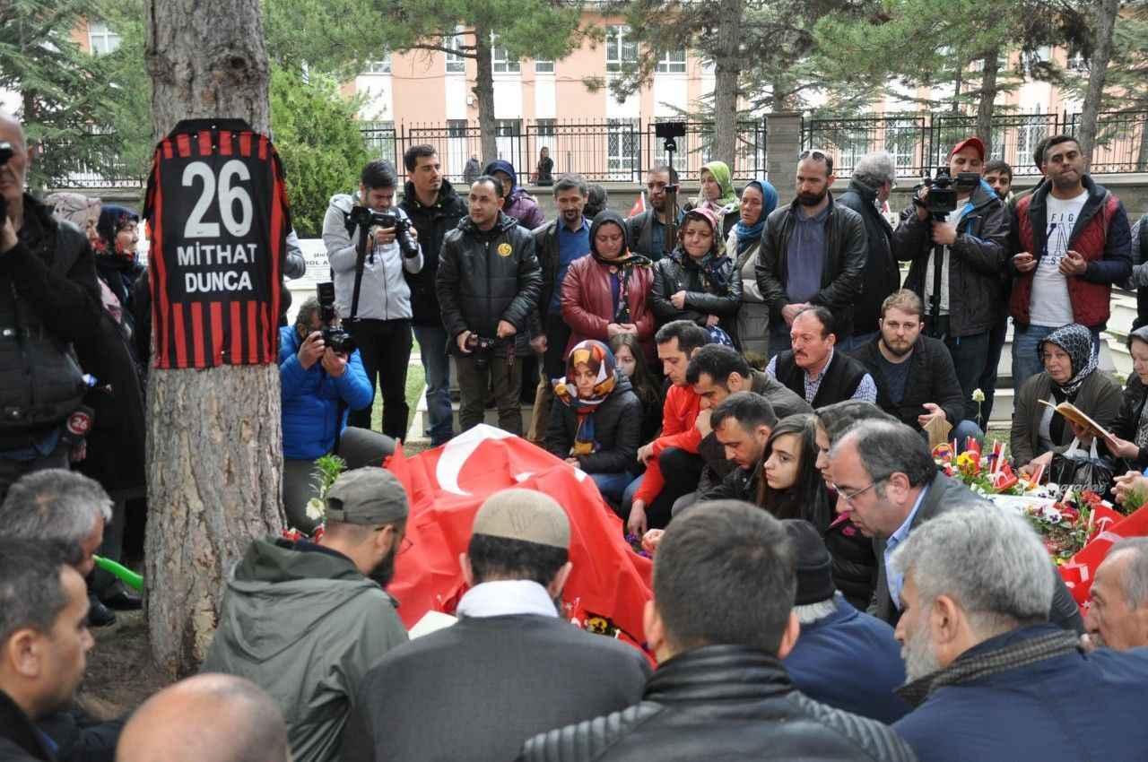 Şehidin mezarına karanfilli Türk bayrağı