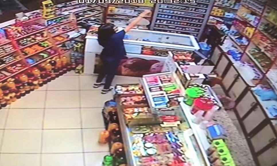 Küçük Kız Market Sahibi Yokken Şeker Aldı Parasını Kameraya Gösterip Bıraktı ile ilgili görsel sonucu